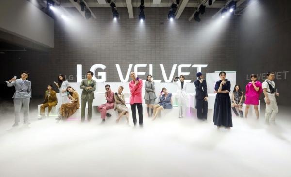 'LG 벨벳', 패션쇼 컨셉 디지털 런웨이 무대에서 첫 공개